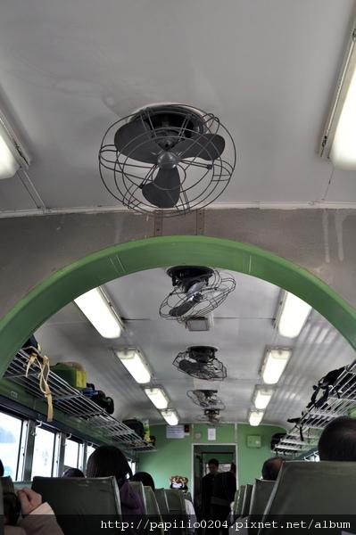 光華號柴聯車DR2700型車廂內部