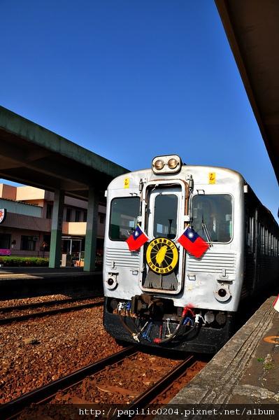 停在枋寮站的光華號柴聯車DR2700型