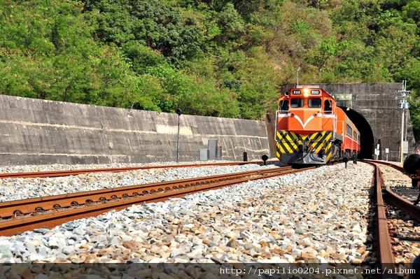 剛出坊野二號隧道的柴電機車R110
