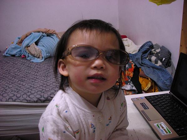 眼鏡戴歪歪也很古錐