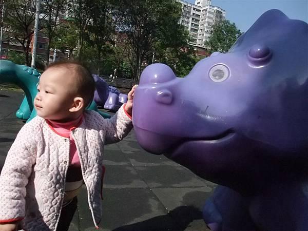 被恐龍包圍了