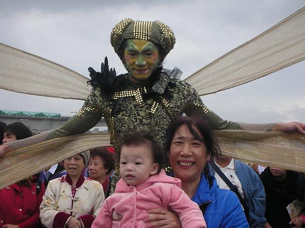大妞不太理這支蜻蜓~