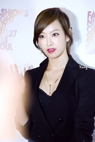 130927-f-Victoria-Vogue-Fashion-Night-Out-f-x-victoria-song-EB-B9-85-ED-86-A0-EB-A6-AC-EC-95-84-E5-AE-8B-E8-8C-9C-35669350-333-500