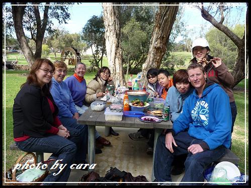 大家圍在一起吃BBQ,氣氛融洽又溫馨。