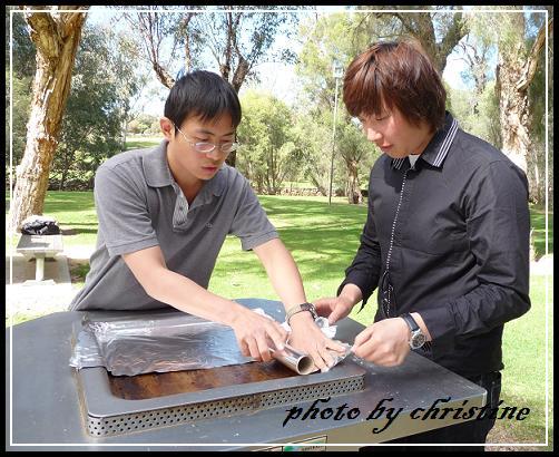 鋪錫箔紙在免費使用的BBQ烤台上