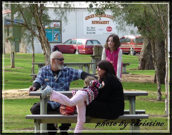 在公園休息、聊天的一家人