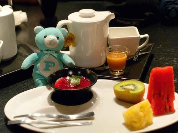焦糖奶茶+日式甜點+時鮮水果