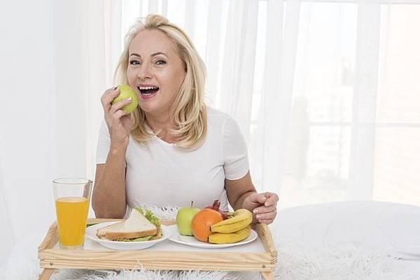 medium-shot-woman-eating-apple_23-2148334621