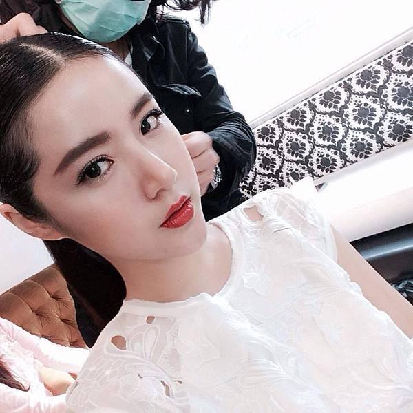 甜美女星樂明明拍攝雜誌很有時尚風格而自我穿衣也很有一套想法