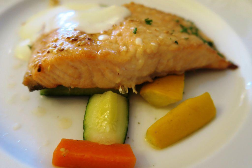飯店晚餐鮭魚好吃奇怪的果汁很酸 (13).JPG