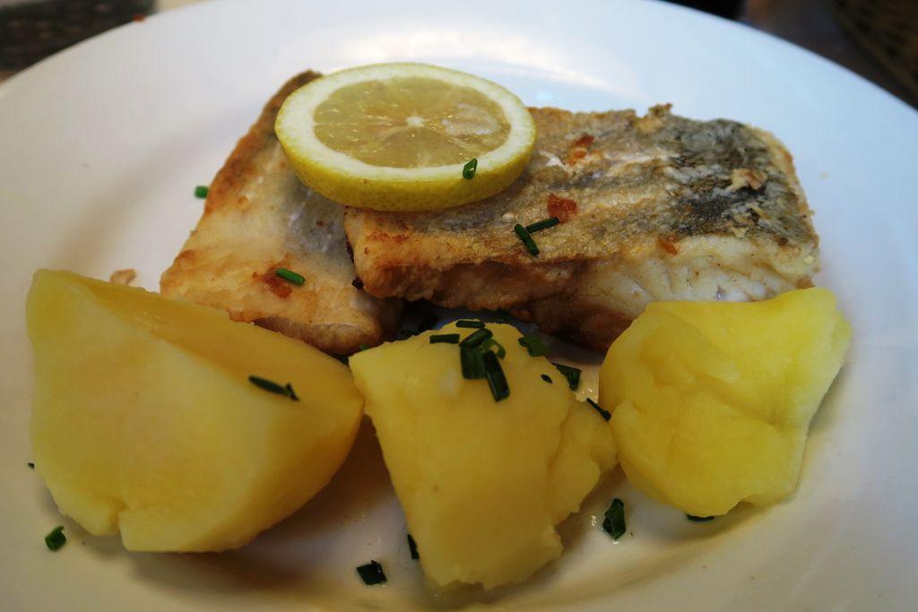 午餐份量很大的魚排 (1).JPG