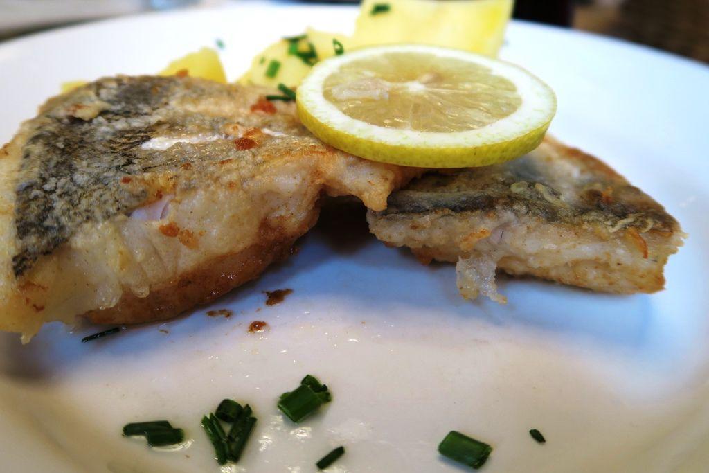 午餐份量很大的魚排 (2).JPG