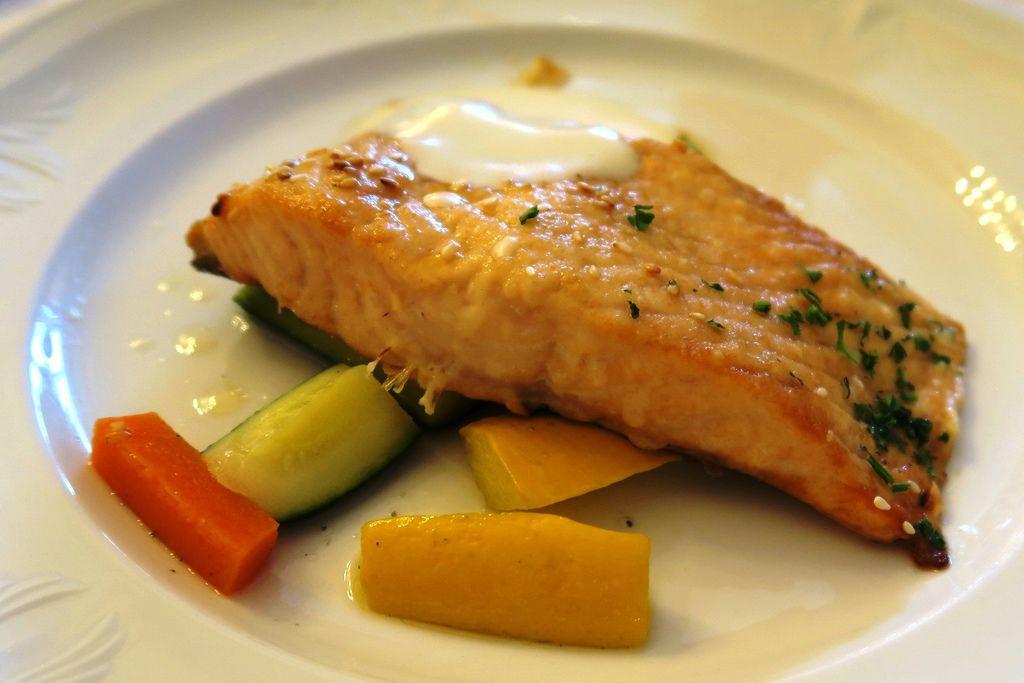 飯店晚餐鮭魚好吃.JPG