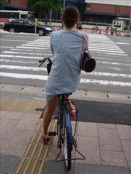 媽媽穿連身緊身群高跟鞋也能騎車