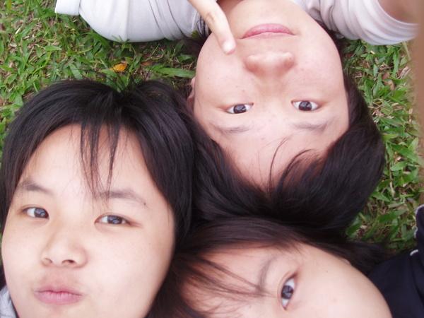 躺在草皮上