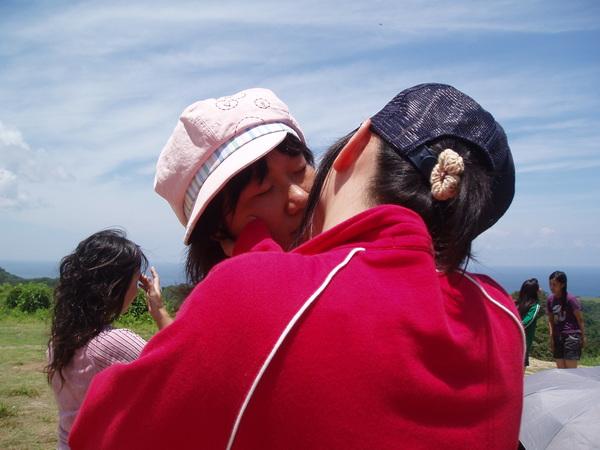 我和曾子  在社頂公園上就親下去了!!