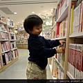20111026-陪媽咪到書店我可是也很忙碌的....