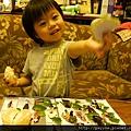 20111028-我會撥橘子給爸比媽咪吃...果皮還會龜毛地一片片排好~~