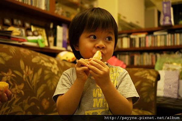 20111028-說什麼要給爸比媽咪吃,一撥好馬上自己嗑了起來~~