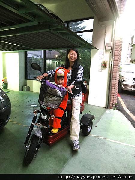 20111029-這身穿著坐上電動車上街去嚇人~~
