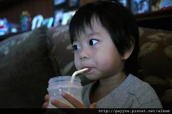 20111102-嗯 嗯 ~好喝好喝...瞧我一口氣就可以喝個精光~~