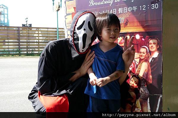 20111105-萬聖節跟這個拍照...怕怕~~