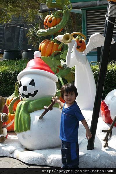 20111105-怎連雪人也變成骷髏頭了....