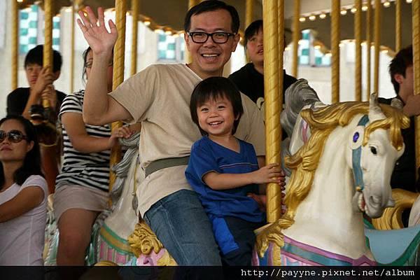 20111105-坐旋轉木馬,看到媽咪笑得挺燦爛地^V^