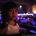 20111105-在這兒一邊用餐一邊看美國復古之夜劇場的表演...表情可認真的呢~~