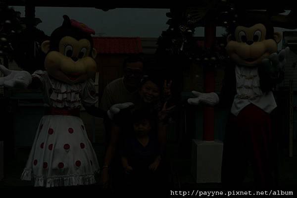 20111105-園方人員.....試問,這是你們專業拍照的水準嗎??...........回家一看臉都綠了,這麼黑你們拍完也說ok喔??!