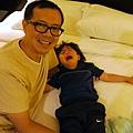 20111105-玩累的patrick,睡著的進到飯店,醒來發現場景不一樣哭個不停....