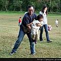 20111106-在大草地上跟爸比玩...
