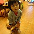 20111109-瞧我在騎長頸鹿耶...