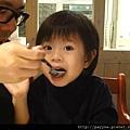 20111110-爸比餵好吃的...