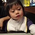 20111230-2011年爸比最後一個上班日...跟媽咪到新店找他吃晚餐....不過真的餓壞了,顯得有些倦容