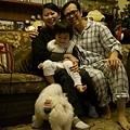 20111231-三連拍來張全家福吧...第1張,patrick:「粽子不要舔我的腳啦~~」
