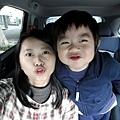 20120101-陪爸比去採訪...他在店內拍照,我們在車上閒得發慌,也來拍照好了....