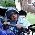 20120106-外頭傾盆大雨,身穿雨衣加厚手套,表情有些無力...是要去哪裡呢??