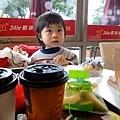 20120106-平常日外頭下大雨...我跟媽咪中午都快餓死了.....吵著一定要吃麥當勞,敵不過我的坳工,媽咪冒雨騎車帶我來吃這一頓~~~