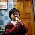20120114-在阿嬤家頭一次啃甘蔗...