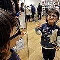 20120125-卻最喜歡試戴眼鏡了....