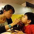 2012.07.02-到歷史有點兒悠久的福樂餐廳用餐...(媽咪正在幫我剔牙~)