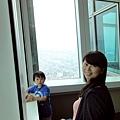 2012.07.07-一到現場果真沒錯,裡頭全是大陸來的觀光客,我們只能被一直擠到邊邊待人潮退去才得以安靜的欣賞外頭風光....