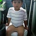 2012.07.21-爸比如廁到底有什麼好拍的?要看我認真的表情嗎?....可是我明明什麼都很認真啊~~