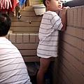 2012.07.21-無聊到站在一旁小板凳上看著外頭風光....人家想出去玩嘛~~