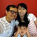 2012.07.21-一連拍了好幾張全家福...但張張都有我耍寶的表情~~