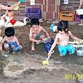2012.07.24-此外夏天學校沙坑也開放我們玩泥沙.....