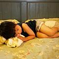 2012.07.25-大熱天放學回到家,最適合什麼都不做,換上汗衫躺在床上吹冷氣了~~