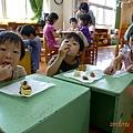 2012.10.01-中秋節到了,老師要大家從家裡帶月餅到學校,然後利用點心時間分食...如此各種口味的月餅大家都吃得到~~