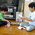 2012.10.09-和同學一起玩紙的遊戲...